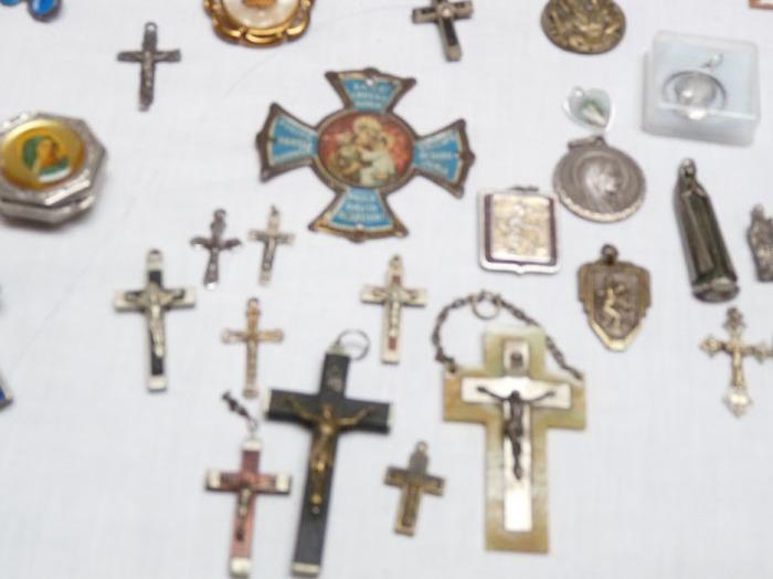 collection d'objets religieux (17 chapelets , médailles , croix etc début 1900 pas d'objet